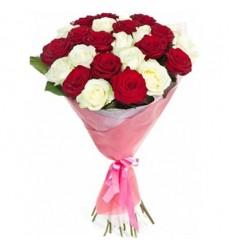 Букет из 25 белых и красных роз «Беспокойное сердце»