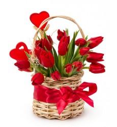 Корзина цветов с 19 красными тюльпанами «Влюблённая цветочница»