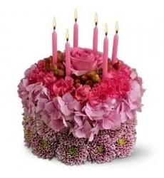 Цветочная композиция из 11 гвоздик, кустовой хризантемы, гортензии и свечей «Малиновые именины»