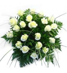 Букет из 19 роз и папоротников «Белые искры»