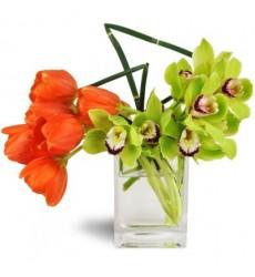 Цветочная композиция из 7 тюльпанов, 8 орхидей и бамбука «Метафора»