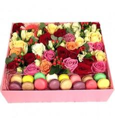 Подарочная коробка с яркими цветами и 16 макарони «Двое на море»