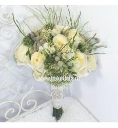 Букет невесты из 11 белых роз Аваланж, 7 фрезий и 6 бруний «Биение двух сердец»