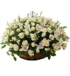 Корзина цветов с 51 белой розой Аваланж «Весеннее великолепие»