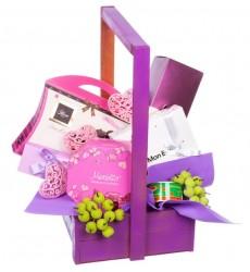 Подарочная коробка с красной икрой, ассорти макарон, сладостями и вином «Девичий рай»