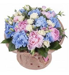 Букет из 3 гортензий, 5 пионов, 7 лизиантусов и 3 кустовых роз «Голубой рассвет»
