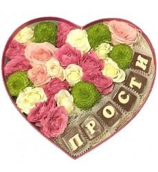 Цветы в коробке  с кустовыми розами, хризантемами и конфетами «Искренние извинения»