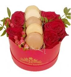 Цветы в коробке  с 5 розами, гиперикумом и 5 макарони «Сладкий сад»