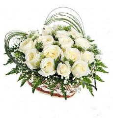 Корзина цветов с 17 белыми розами Аваланж «Крыло лебедя»