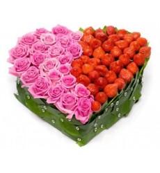 Цветочная композиция из 25 розовых роз Аква и клубники «Клубничные чувства»