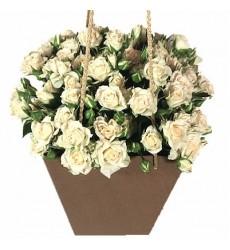 Цветы в коробке с 11 белыми кустовыми розами «Аделаида»