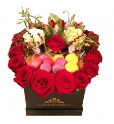 Цветы в коробке  с 15 розами, цветами и 7 макарони «Королевское чаепитие»