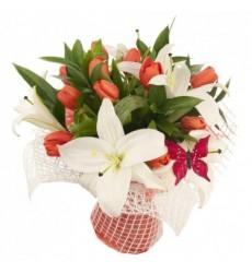 Букет из 11 тюльпанов и 3 лилий «Утончённая красота»