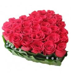 Цветочная композиция из 35 роз и зелени «Пылкий поцелуй»