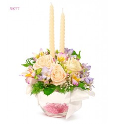 Цветочная композиция из 3 роз Талей, 3 фрезий, альстромерии и свечей «Очаг молодожёнов»