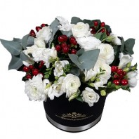 Цветы в коробке  с 15 ранункулюсами, 5 фрезиями и 5 лизиантусами «Цветочный аккорд»