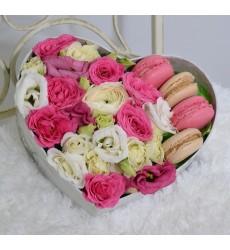 Подарочная коробка с 4 сладкими макарони и яркими цветами «Рафинад»