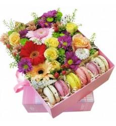 Подарочная коробка с цветами ярких оттенков и 8 макарони «Кисельные берега»