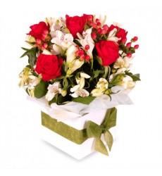Цветы в коробке  с 7 красными розами Гран При и 3 альстромериями «Влюблённый поэт»