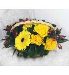 Корзина цветов с 5 жёлтыми розами, 2 герберами и 4 альстромериями «Отражение солнца»