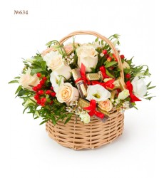 Корзина цветов с розами, зеленью и конфетами «Утро принцессы»