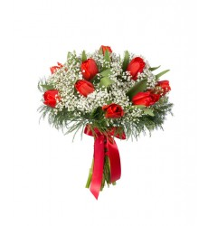 Букет из 11 тюльпанов, гипсофилы и зелени «Рубины на снегу»