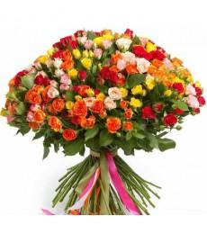 Букет из 101 разноцветной кустовой розы «Любовная гамма»