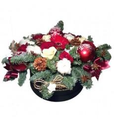 Новогодняя композиция из роз, гербер, лапника, шишек и декора «Зимний карнавал»