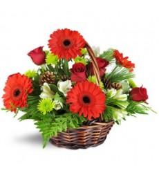 Корзина цветов с 5 герберами, 7 розами и 3 альстромериями «Лесная тропинка»