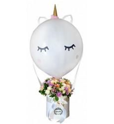Букет из 15 кустовых роз и гиперикум в средней шляпной коробке с шаром «Единорожка»