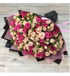 Букет из 29 розовых и бордовых кустовых роз «Всплеск чувств»