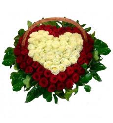 Траурная корзина №19 из живых цветов «100 красных и белых роз»