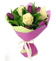 Букет из 3 белых роз и фиолетовых тюльпанов «Весеннее чувство»