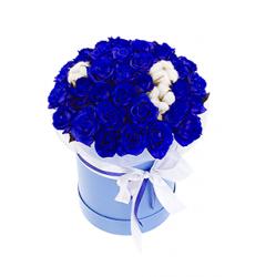 Букет  из 37 роз синего цвета декорированный хлопком в шляпной коробке «Изящество »