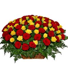 Букет из 49 желтых и красных роз в корзине «Сплетение судеб»