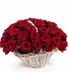 Корзина цветов с 51 красной розой «Гордая богиня»