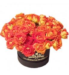 Цветы в коробке с 11 кустовыми розами «Караваджо»