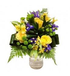 Букет из 3 роз, 5 ирисов, 3 альстромерий и 3 хризантем «Осенний этюд»