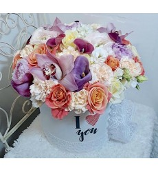 Цветы в коробке с 9 каллами, 11 кремовыми гвоздиками и 15 розами «Ценный дар»