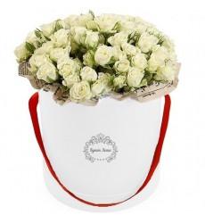 Цветы в шляпной коробке с 25 кустовыми белыми розами «Время любви»
