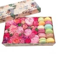 Коробка с цветами с 5 пионами, кустовыми розами и 12 макарони «Сладкие страсти»