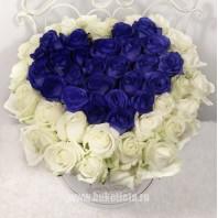 Коробка с цветами  с 51 белой и синей розами «Очарование»