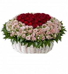 Корзина цветов с 35 красными розами Гран При и 80 кустовыми розами «Модильяни»