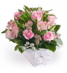 Цветы в коробке с 7 розовыми розами и 4 розовыми альстромериями «Оттенки любви»