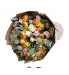 Букет из 19 ранункулюсов и 22 роз «Реверанс»