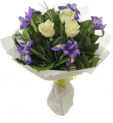 Букет из ирисов, белых роз и зелени «Рассветная дымка»