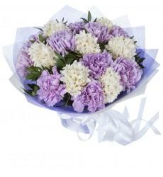 Букет из 10 лиловых гвоздик и 7 белых гиацинтов «Серебряные сумерки»