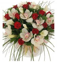 Букет из 9 орхидей, 15 роз Гран При и 9 калл Crystal Blush «Кристальный блеск»