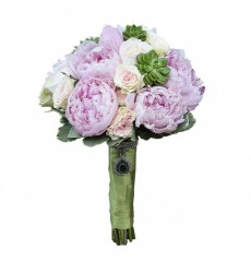Букет невесты из 9 пионов, 10 кустовых роз и 5 суккулентов «Связь сердец»