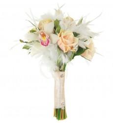 Букет невесты из 7 кремовых роз, 5 белых орхидей и зелени «На небесах»